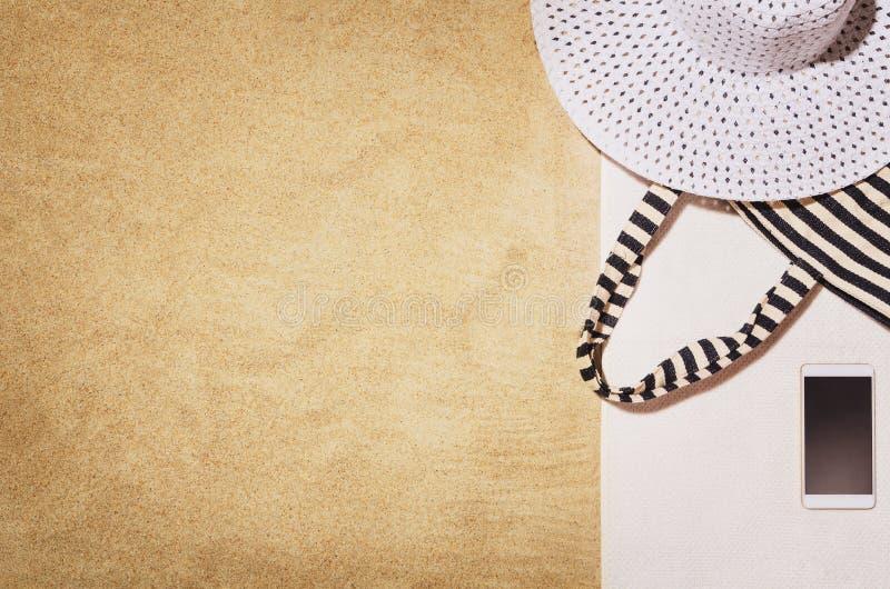 Handduk för bästa sikt på den sandiga stranden Bakgrund med kopieringsutrymme arkivfoto