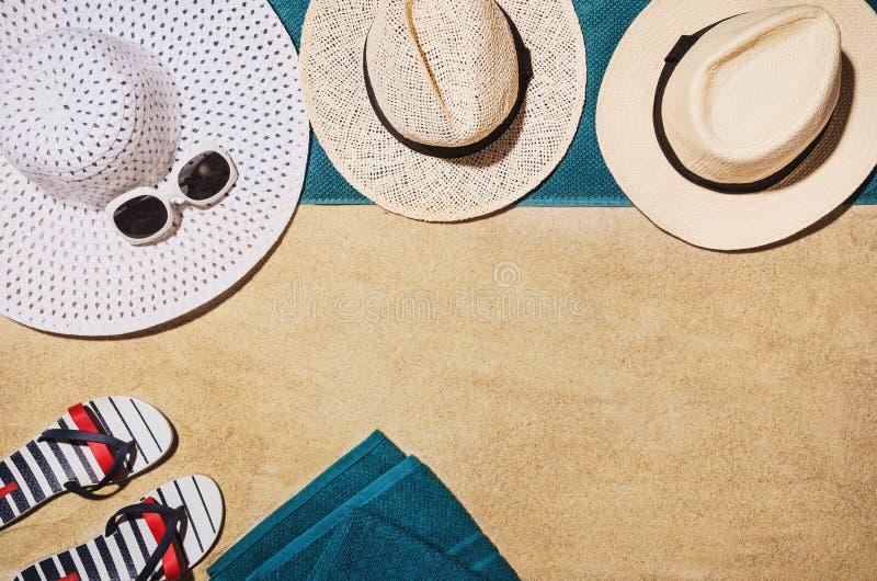 Handduk för bästa sikt på den sandiga stranden Bakgrund med kopieringsutrymme royaltyfria foton