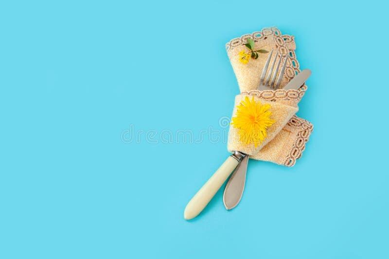 Handduk för servett för grupp för bukett för gräsplan för maskros för gul för bakgrundsproppgaffel blomma för kniv blå gul arkivfoton