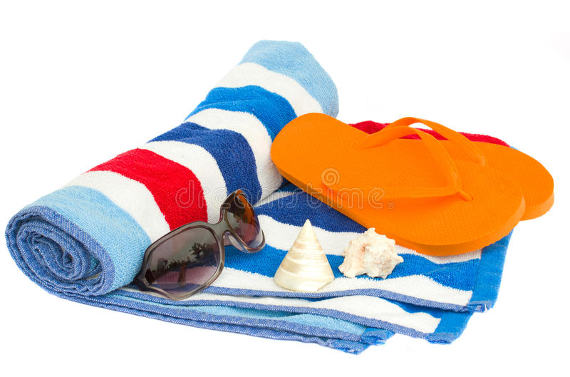 Handduk och sandaler för strand randig arkivbilder