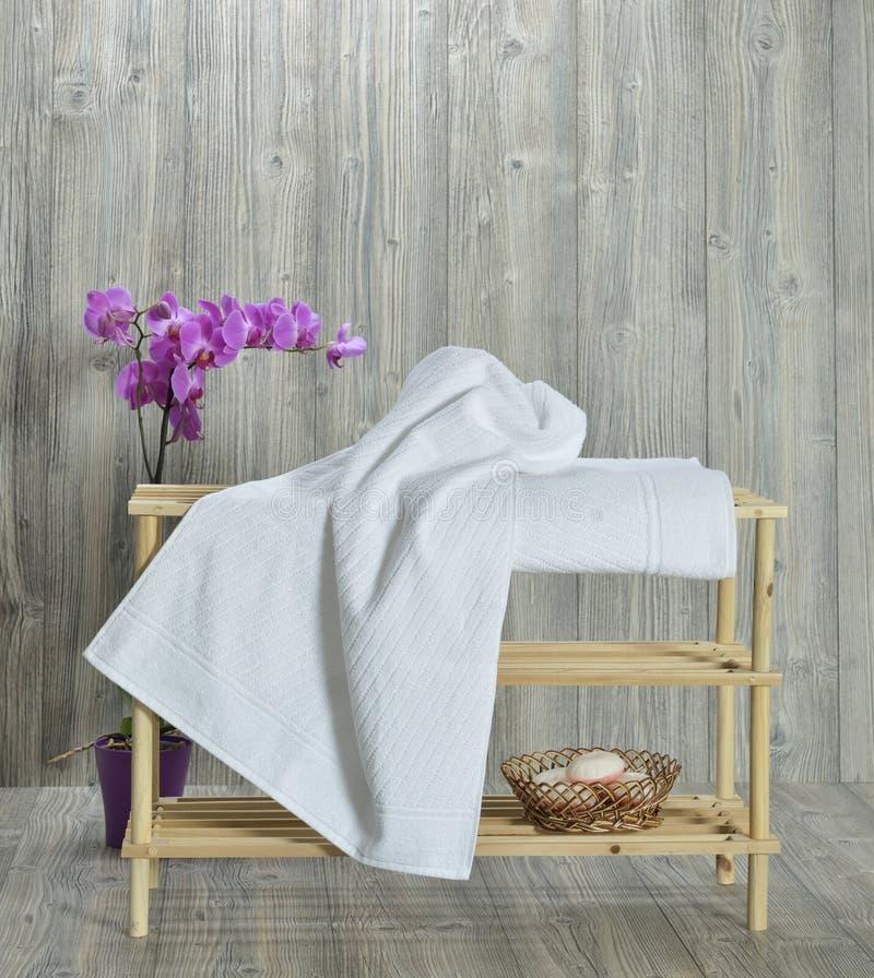 Handduk på trä royaltyfria bilder