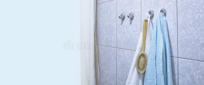 Handdukar i badrummet p? kroken arkivbilder