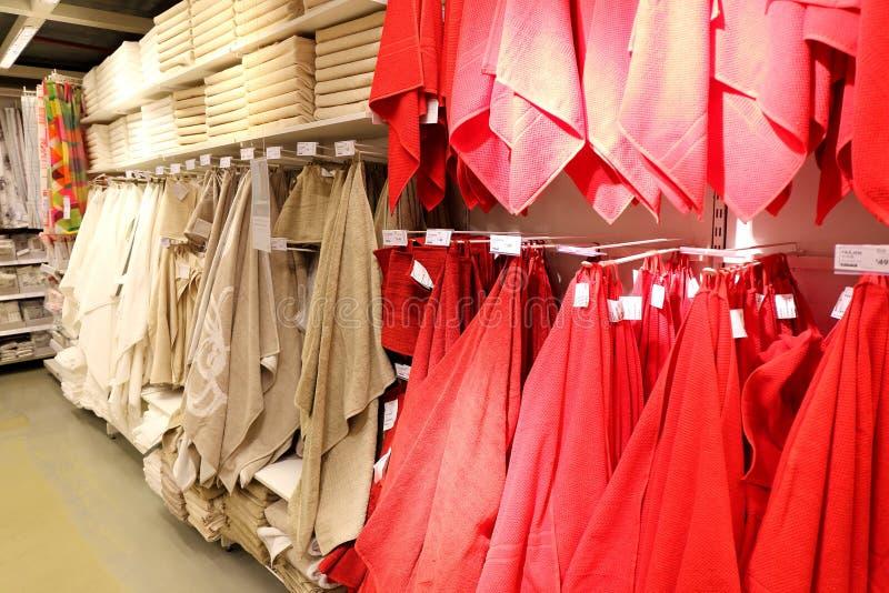 Handdukar i hem- textilavdelning i supermarket royaltyfri fotografi