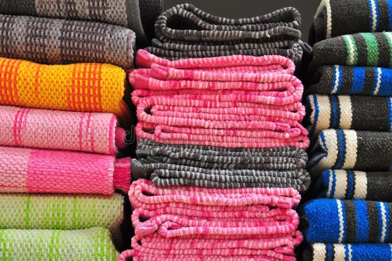 Handdukar i hylla arkivfoto