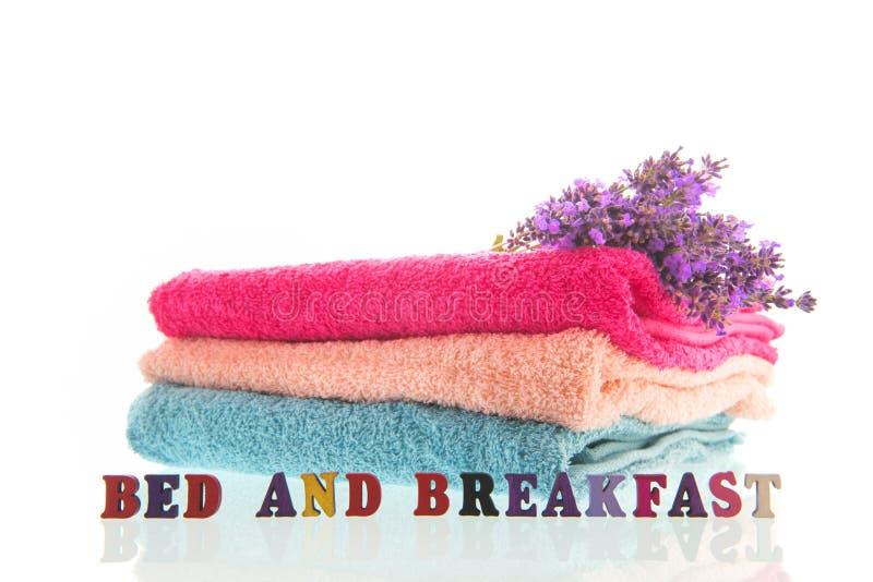 Handdukar med lavendel royaltyfria bilder