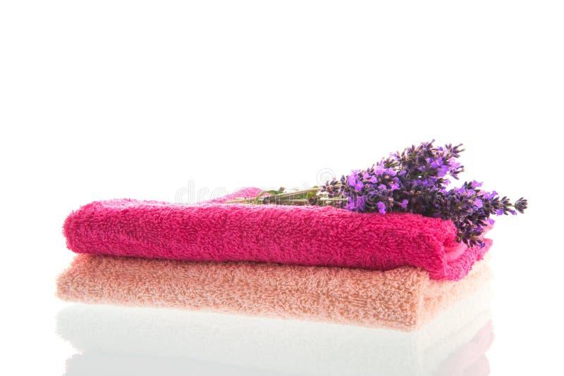 Handdukar med lavendel royaltyfria foton