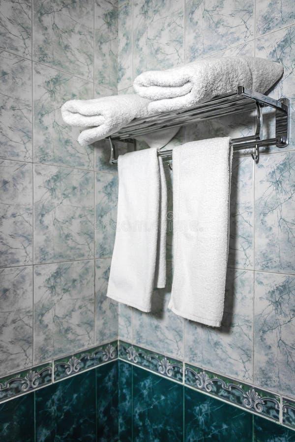 Handdukar på hotellet royaltyfri bild