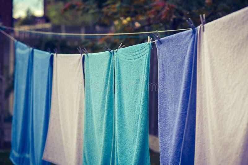 Handdukar som hängs för att torka royaltyfria bilder