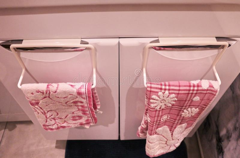 Handdukkugge till badrummet eller k?k Det litet ?tf?ljande inre badrummet eller k?k, ska hj?lpa i ekonomin Detaljer och closging arkivbilder