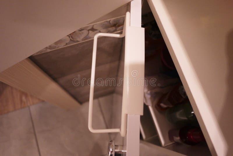Handdukkugge till badrummet eller k?k Det litet ?tf?ljande inre badrummet eller k?k, ska hj?lpa i ekonomin Detaljer och closging royaltyfri foto