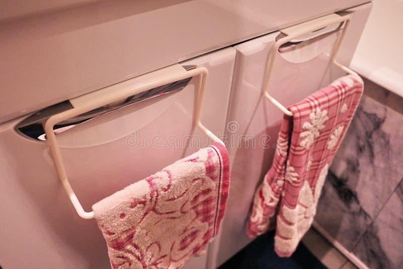 Handdukkugge till badrummet eller k?k Det litet ?tf?ljande inre badrummet eller k?k, ska hj?lpa i ekonomin Detaljer och closging royaltyfria foton