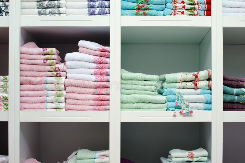 Handduksängark på hyllan i ett lager royaltyfria foton