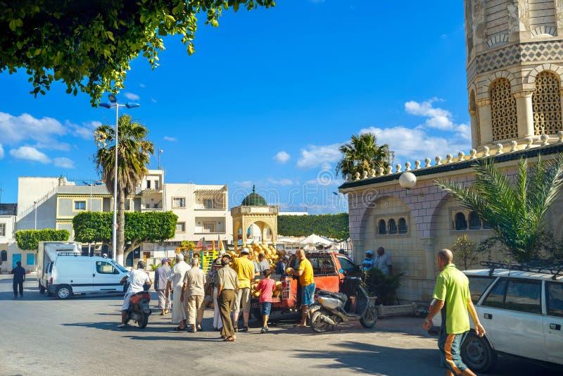 Handel av melon i tillfällig marknad i gammal stad nära moské Nabe arkivfoton