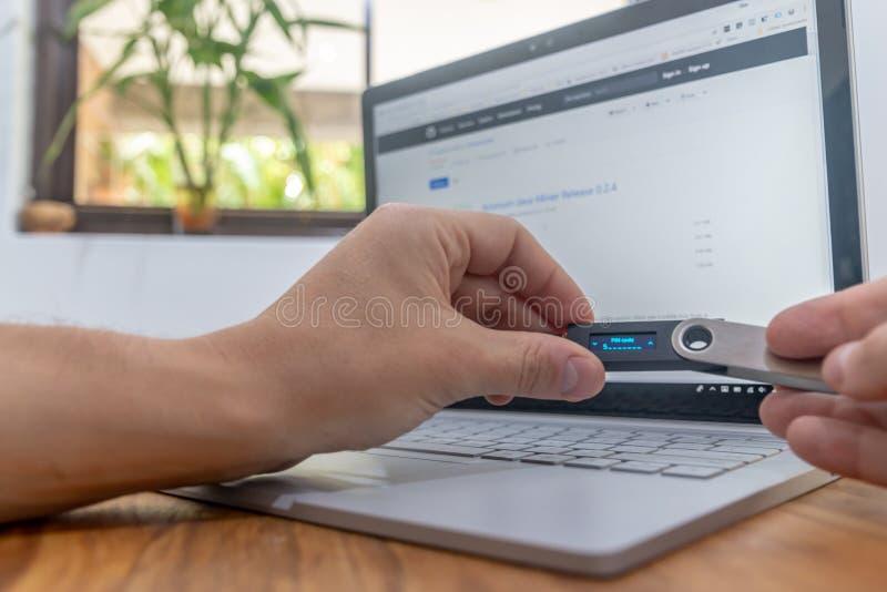 Handel Cryptocurrency på en bärbar dator hemma royaltyfria foton
