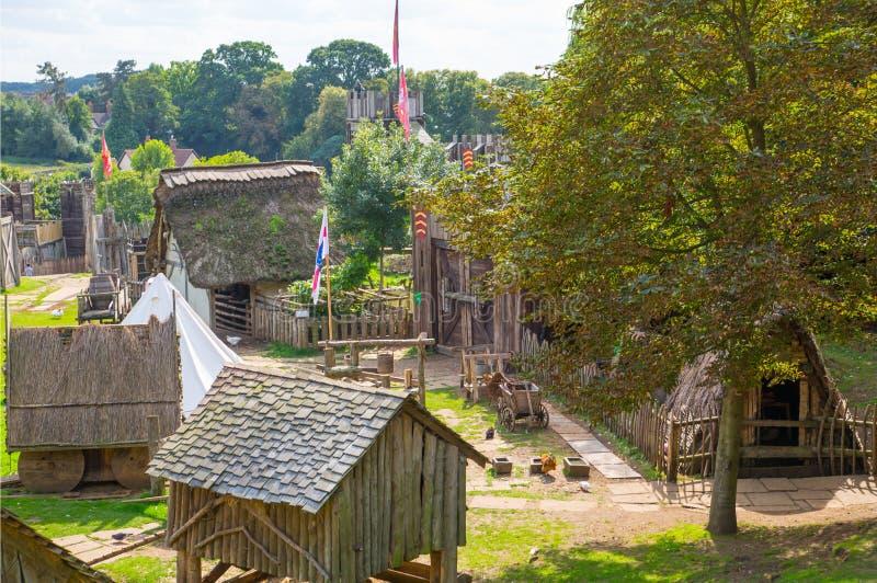 Handel drijvende Huizen Norman dorpswederopbouw, die terug naar 1050 wordt gedateerd Onderwijscentrum voor jonge geitjes Engeland royalty-vrije stock afbeeldingen