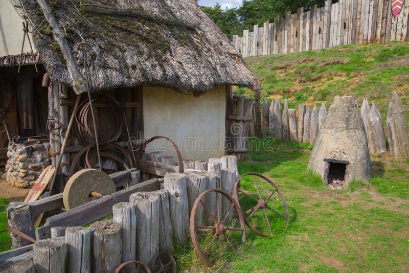 Handel drijvende Huizen Norman dorpswederopbouw, die terug naar 1050 wordt gedateerd Onderwijscentrum voor jonge geitjes Engeland royalty-vrije stock foto's