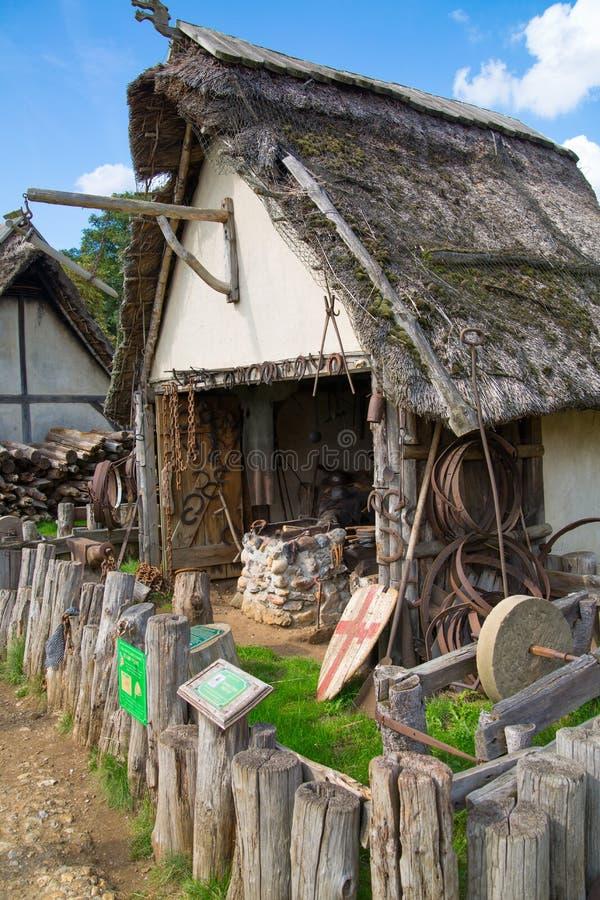 Handel drijvende Huizen Norman dorpswederopbouw, die terug naar 1050 wordt gedateerd Onderwijscentrum voor jonge geitjes Engeland stock fotografie