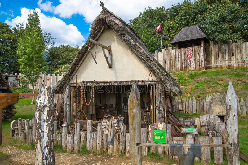 Handel drijvende Huizen Norman dorpswederopbouw, die terug naar 1050 wordt gedateerd Onderwijscentrum voor jonge geitjes Engeland stock foto's