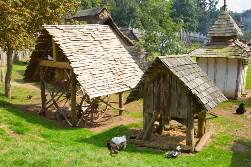 Handel drijvende Huizen Norman dorpswederopbouw, die terug naar 1050 wordt gedateerd Onderwijscentrum voor jonge geitjes Engeland royalty-vrije stock afbeelding