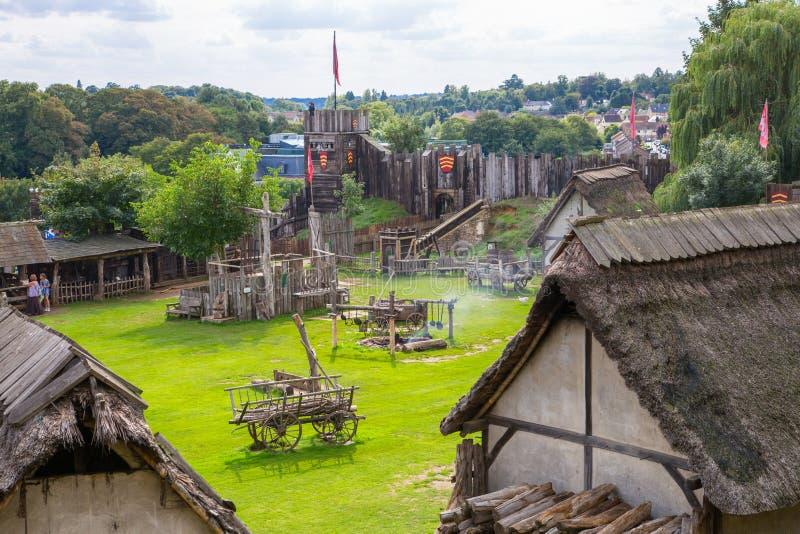 Handel drijvende Huizen Norman dorpswederopbouw, die terug naar 1050 wordt gedateerd Onderwijscentrum voor jonge geitjes Engeland stock foto