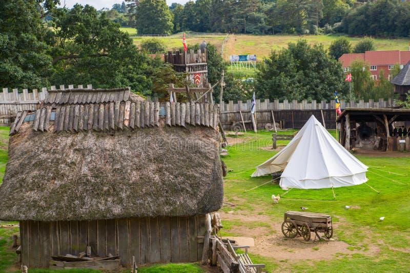 Handel drijvende Huizen Norman dorpswederopbouw, die terug naar 1050 wordt gedateerd Onderwijscentrum voor jonge geitjes Engeland royalty-vrije stock foto