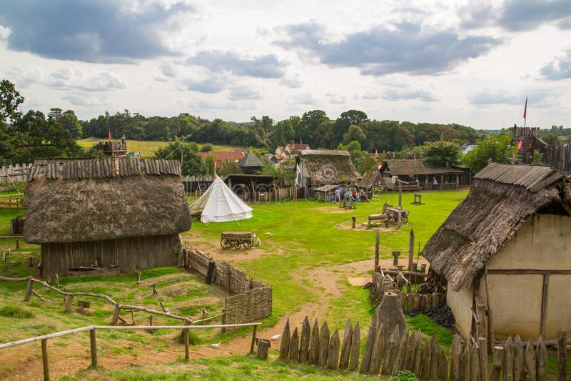 Handel drijvende Huizen Norman dorpswederopbouw, terug naar 1050 wordt gedateerd die Onderwijscentrum voor jonge geitjes Engeland stock foto