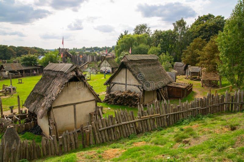 Handel drijvende Huizen Norman dorpswederopbouw, terug naar 1050 wordt gedateerd die Onderwijscentrum voor jonge geitjes Engeland royalty-vrije stock foto's