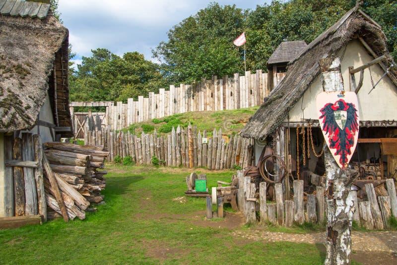 Handel drijvende Huizen Norman dorpswederopbouw, terug naar 1050 wordt gedateerd die Onderwijscentrum voor jonge geitjes Engeland stock fotografie
