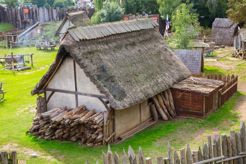 Handel drijvende Huizen Norman dorpswederopbouw, terug naar 1050 wordt gedateerd die Onderwijscentrum voor jonge geitjes Engeland stock foto's
