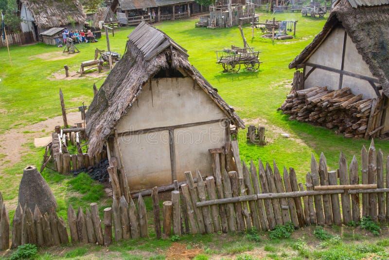 Handel drijvende Huizen Norman dorpswederopbouw, terug naar 1050 wordt gedateerd die Onderwijscentrum voor jonge geitjes Engeland royalty-vrije stock fotografie