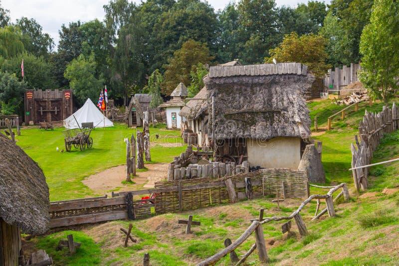 Handel drijvende Huizen Norman dorpswederopbouw, terug naar 1050 wordt gedateerd die Onderwijscentrum voor jonge geitjes Engeland royalty-vrije stock foto