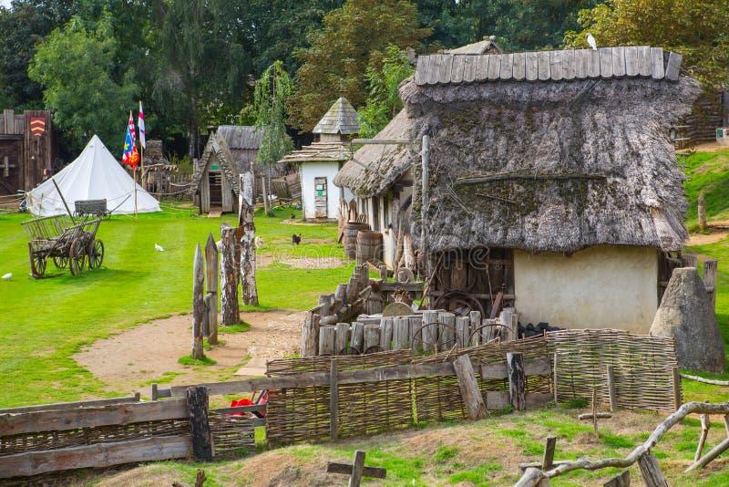 Handel drijvende Huizen Norman dorpswederopbouw, terug naar 1050 wordt gedateerd die Onderwijscentrum voor jonge geitjes Engeland stock afbeeldingen