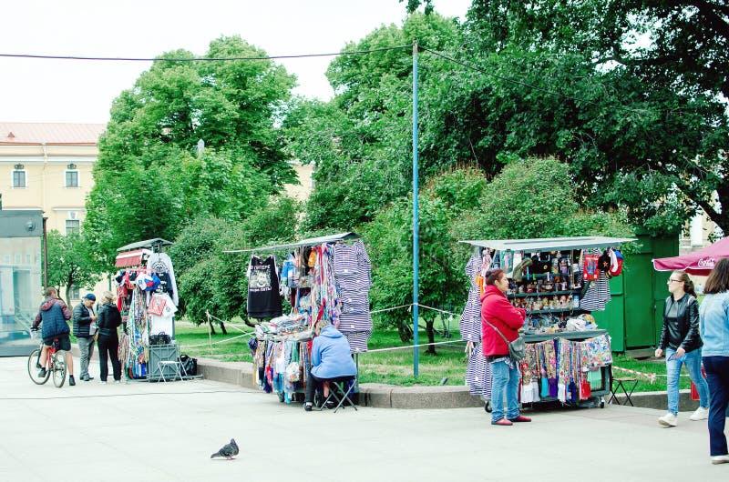 Handel i olika souvenir på gatan i St Petersburg arkivbild