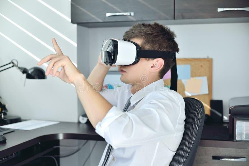 Handel med Virtual Reality-headset arkivbilder