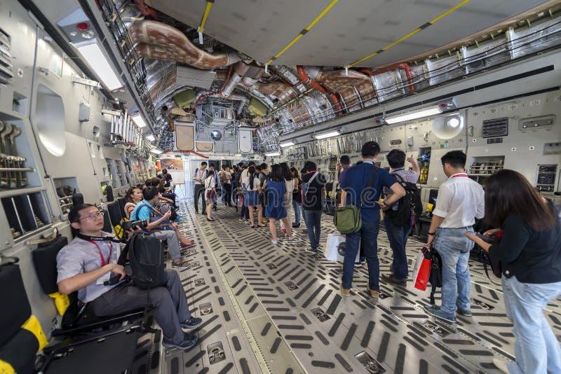 Handel och besökare köar för att få in i cockpit inom nivån för statisk elektricitetC--17transport på Singapore flygshow 2016 som arkivfoto