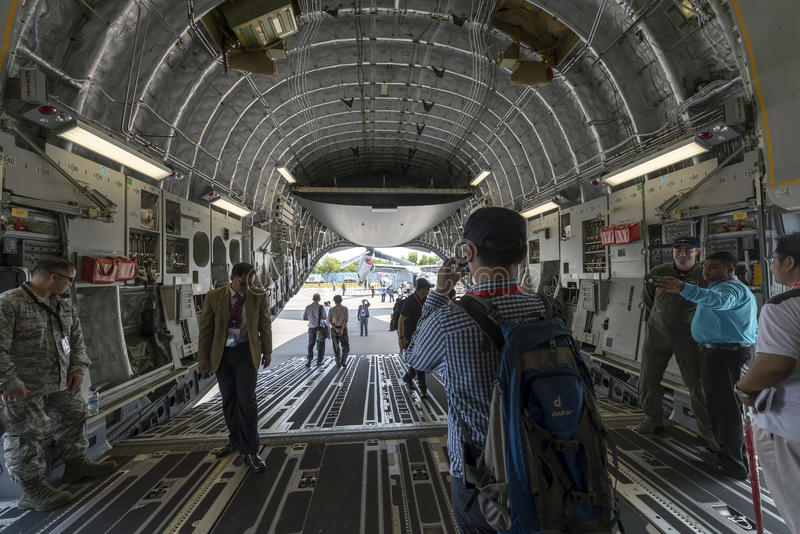 Handel och besökare med U.S.A.F.-specialister inom nivån för statisk elektricitetC--17transport på Singapore flygshow 2016 rymde  royaltyfri bild