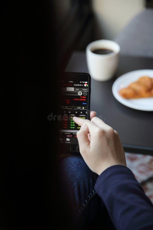 Handel online op smartphone met bedrijfsvrouwenhand royalty-vrije stock foto