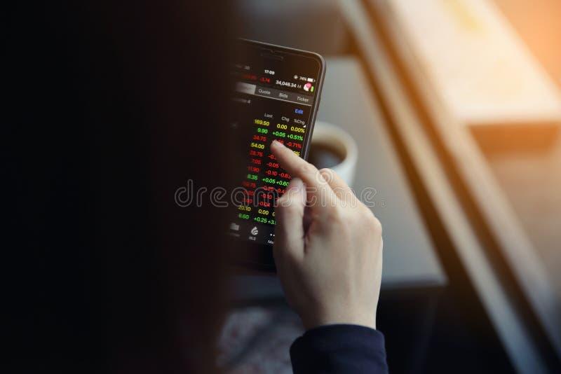 Handel online op smartphone met bedrijfsvrouwenhand royalty-vrije stock afbeeldingen