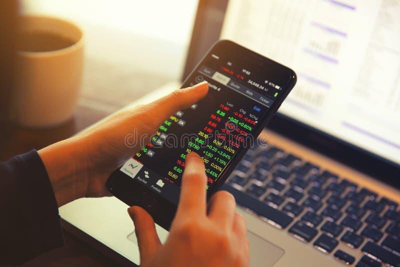 Handel online op smartphone met bedrijfsvrouwenhand stock afbeelding