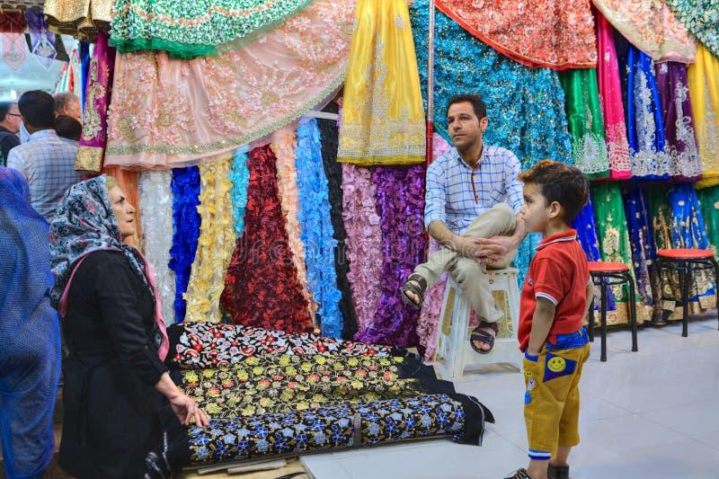 Handel w tkaninach przy bazarem miasto Shiraz w Iran zdjęcia royalty free