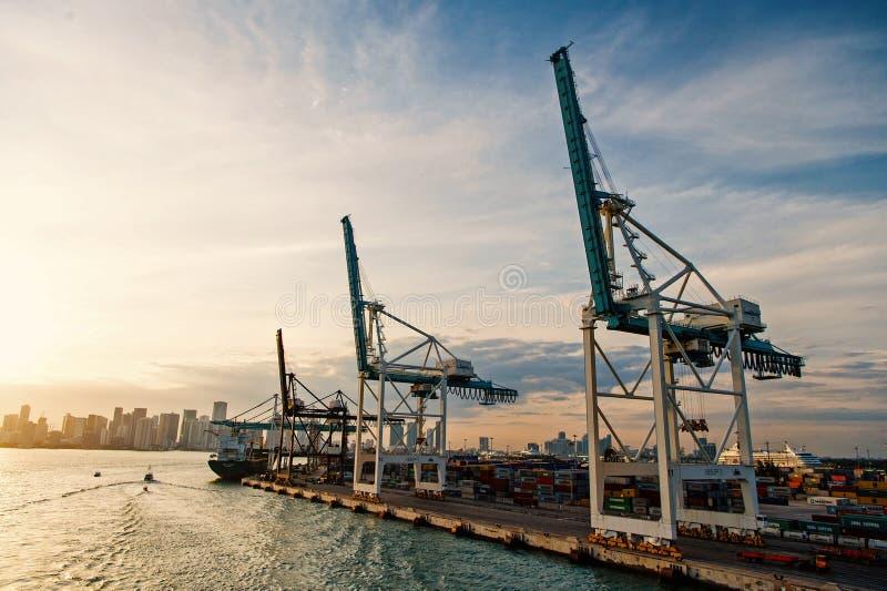Handel, handel, zaken Maritieme containerhaven met vrachtschip, kranen Zeehaven, terminal of dok vracht stock foto