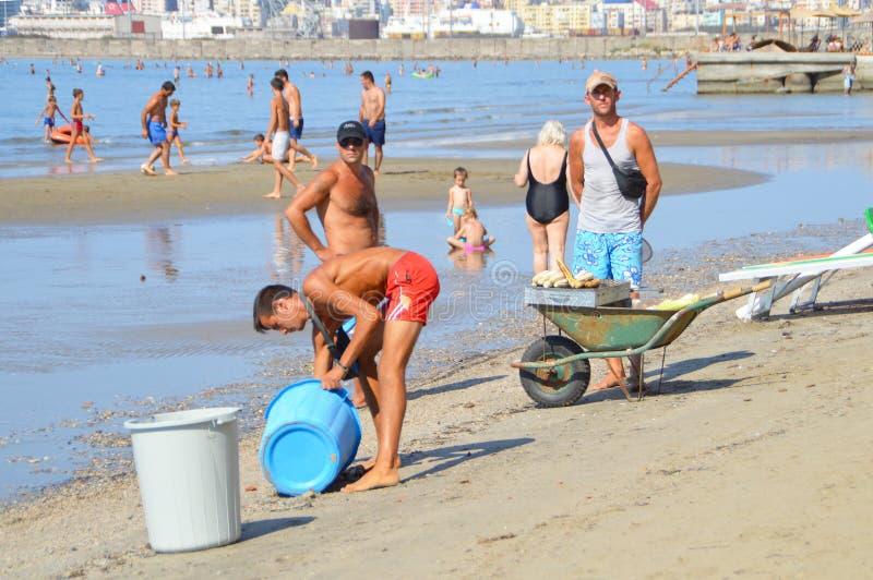 Handelaars op het strand van Durres stock fotografie