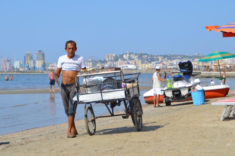 Handelaars op het strand van Durres stock afbeeldingen