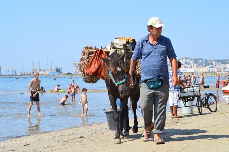 Handelaars op het strand van Durres stock foto's
