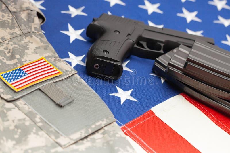Handeldvapen över USA-flaggan - nära övre studiofors arkivbilder