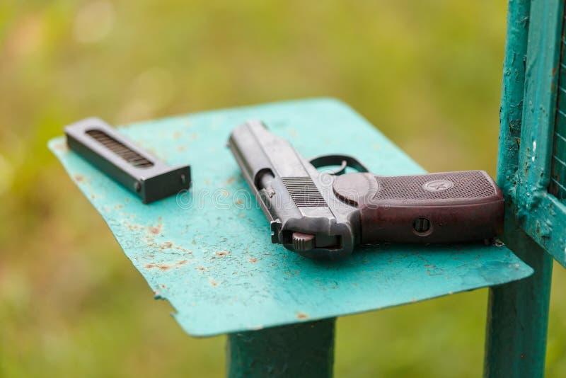 Handeldvapen e.m. Makarov för ryss 9mm på tabellen med pistolhölster, bältet och den tomma pistolhållaren fotografering för bildbyråer