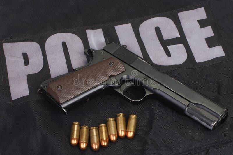 handeldvapen för hingstföl m1911 med ammo på polislikformign royaltyfria foton