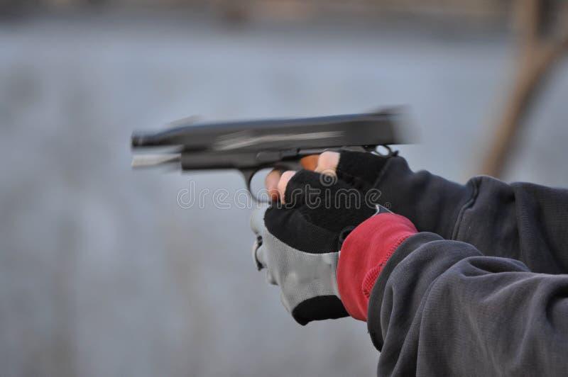 Handeldvapen för 45 kaliber i rörelse, medan skjutas arkivbilder