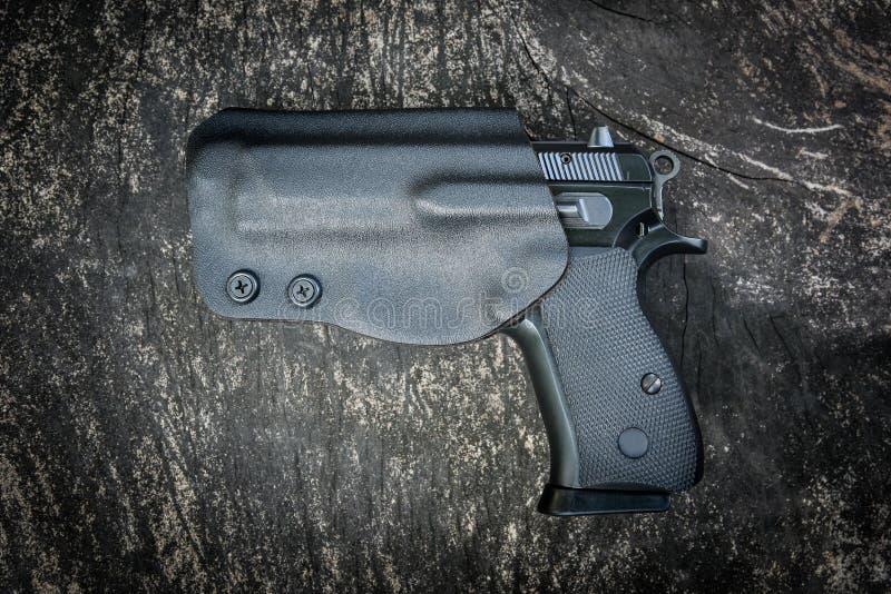 Handeldvapen i pistolhölster royaltyfri foto
