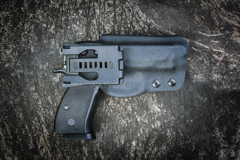 Handeldvapen i pistolhölster royaltyfria foton